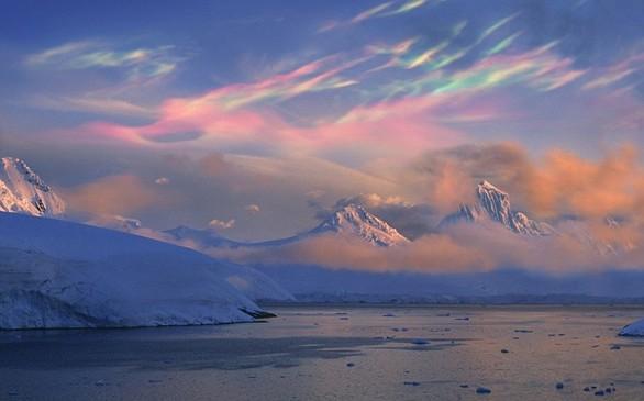 Τα σύννεφα που χρωματίζουν τον ουρανό θυμίζουν έργο τέχνης («κάπου εδώ ίσως κρύβεται ένα μικρό μοναχικό σύννεφο…») αλλά είναι σύνηθες φαινόμενο στη Νορβηγία και άλλες περιοχές κοντά στους πόλους που αποδίδεται στη θέση του ήλιου κάτω από τον ορίζοντα.