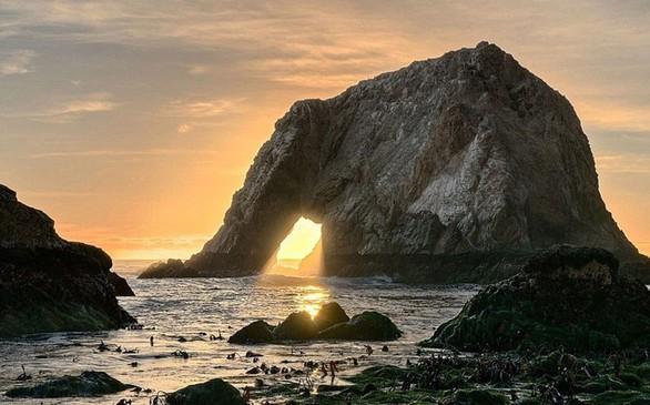 Στο νησί Heimaey στη Ισλανδία ο βράχος σμιλεύτηκε από τα στοιχεία της φύσης και πήρε την εικόνα γιγάντιου ελέφαντα που βυθίζει την προβοσκίδα του στη θάλασσα.