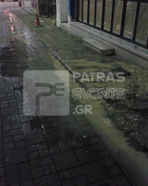 Πάτρα: «Ποταμάκι» στον πεζόδρομο της Παντανάσσης εξαιτίας βλάβης σε αγωγό (pics)
