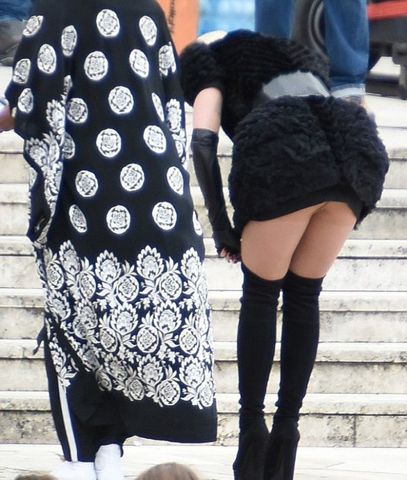 Rita Ora - Έσκυψε και… αποκαλύφθηκε στους Ιταλούς (pics)