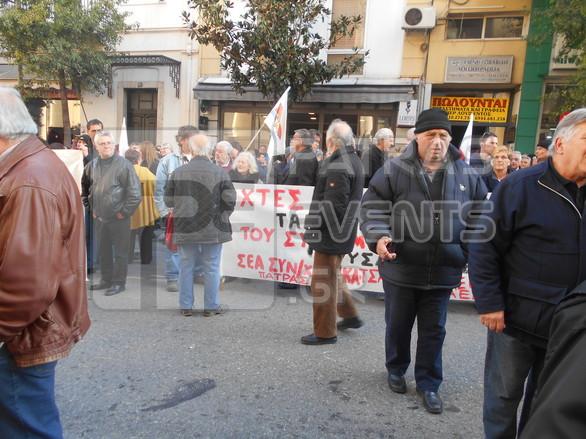 Πάτρα: Πλήθος κόσμου στο Δικαστικό Μέγαρο για να συμπαρασταθεί στον Κώστα Πελετίδη (pics+vids)