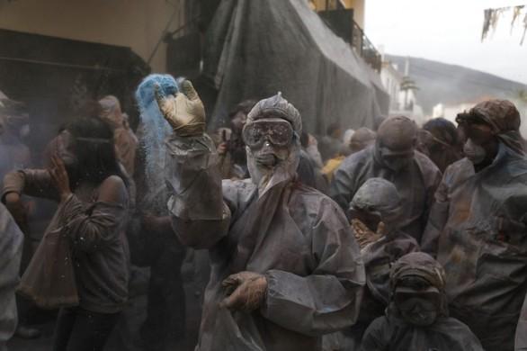 Με αλευρομουτζουρώματα γιόρτασαν την Καθαρά Δευτέρα στο Γαλαξίδι (pics)