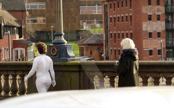 Η γυμνή κλόουν που κυκλοφορεί σε δρόμο βρετανικής πόλης (pics)