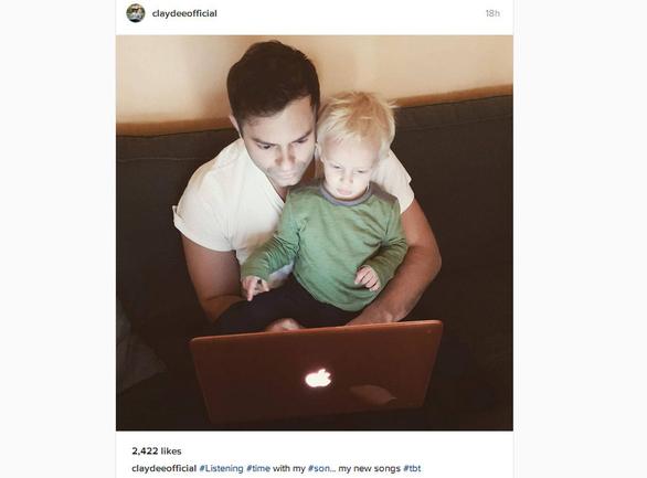 Ο Claydee ακούει τραγούδια με τον γιο του!
