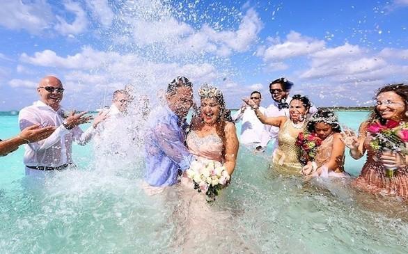 Ένας εντυπωσιακός γάμος... στη θάλασσα της Καραϊβικής (pics+video)