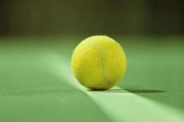 Δείτε γιατί πρέπει πάντα να μεταφέρετε ένα μπαλάκι του τένις όταν ταξιδεύετε