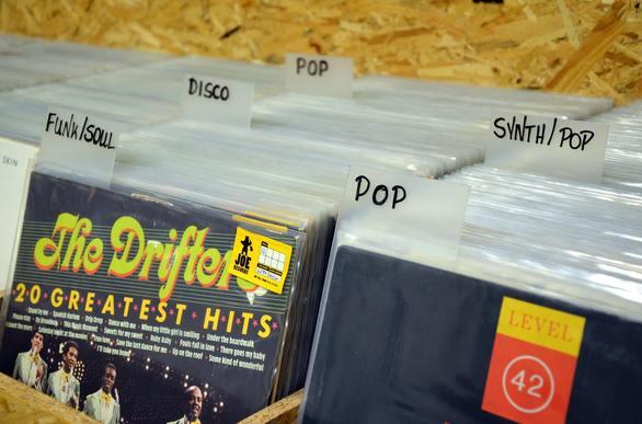 Την βρίσκω με τον… δίσκο - Επιστροφή στο βινύλιο για τους Πατρινούς fans της μουσικής (pics+vids)