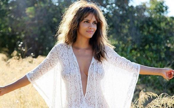 Η Halle Berry στα 50 της με δαντελένια διαφάνεια!