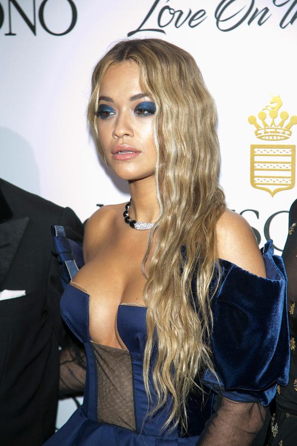Στις Κάννες με ντεκολτέ... φωτιά η Rita Ora (pics)