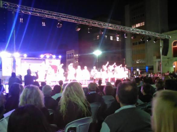 Πλήθος κόσμου στην πλατεία Γεωργίου στα Χορευτικά του Δήμου Πατρέων (pics)