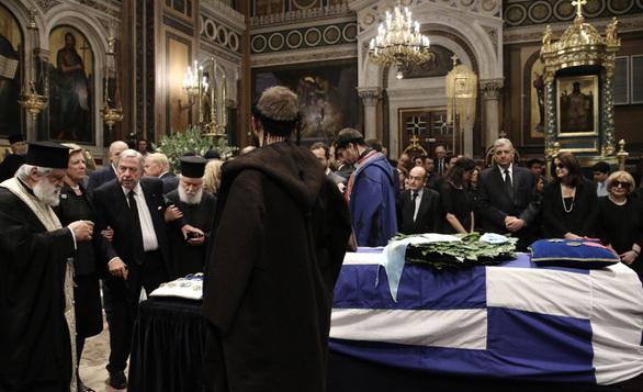 Υποβασταζόμενος ο τέως βασιλιάς Κωνσταντίνος είπε το τελευταίο αντίο στον Κωνσταντίνο Μητσοτάκη!