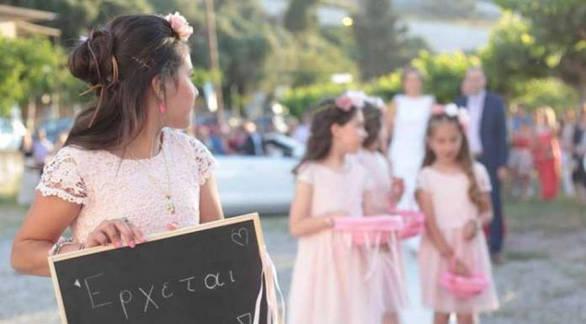 Δυτική Ελλάδα: Δύο δάσκαλοι ερωτεύτηκαν, παντρεύτηκαν κι έβαλαν για παρανυφάκια τις μαθήτριες της τάξης! (pics)