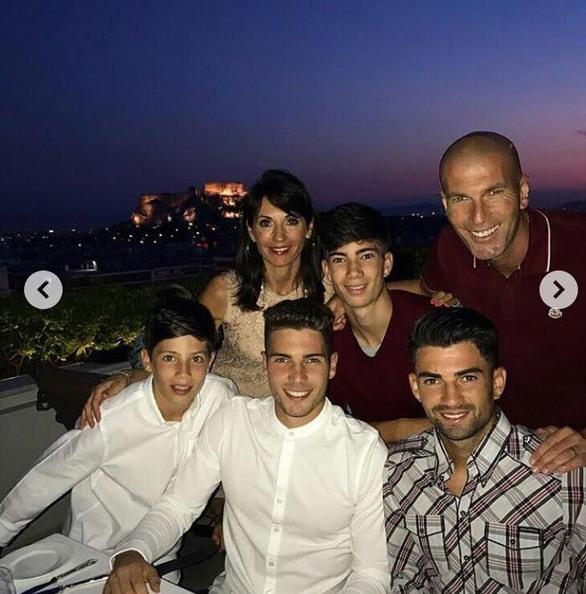 Ο Ζινεντίν Ζιντάν με την οικογένειά του στην Ελλάδα! (pics)