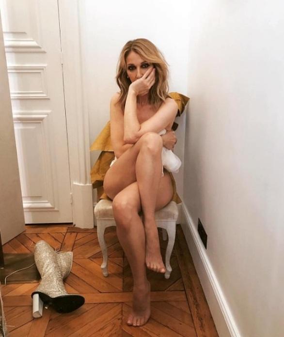 Η Celine Dion ποζάρει γυμνή στο... κατώφλι των πενήντα (pic)