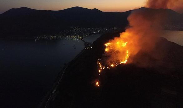 """""""Σαν Ηφαίστειο που ξυπνά..."""" Δείτε video από τη φωτιά πάνω από το Κάστρο της Μονεμβασιάς!"""