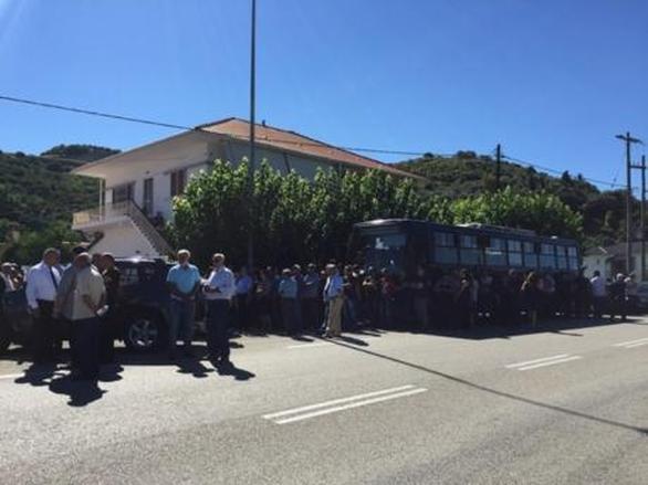 Αμφιλοχία: Πλήθος κόσμου στην κηδεία του πιλότου Νίκου Γρηγορίου στο Ανοιξιάτικο (pics)