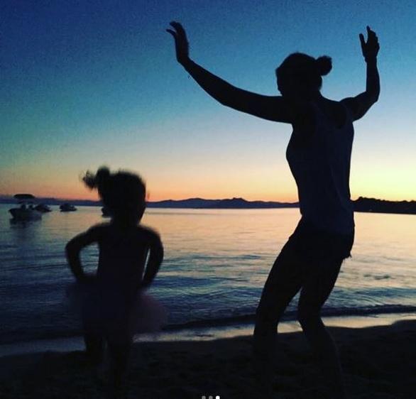 Ο Σάκης Ρουβάς φωτογραφίζει την Κάτια να χορεύει με την κόρη τους, Αριάδνη (pics)