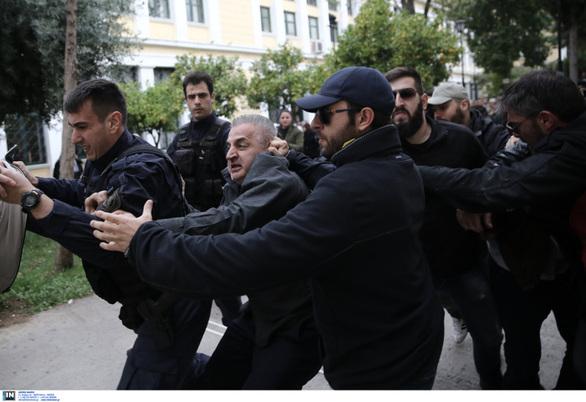 Αστυνομικοί προσπαθούν να συγκρατήσουν τον πατέρα της 32χρονης