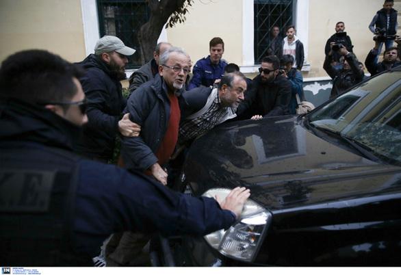 Eξοργισμένο πλήθος περικύκλωσε το αυτοκίνητο που θα μετέφερε τον δολοφόνο πίσω στην ΓΑΔΑ