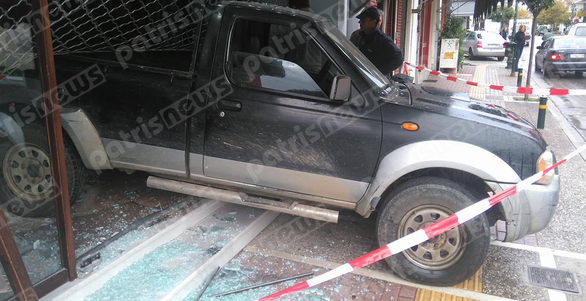 Απίστευτο περιστατικό στην Γαστούνη - Εισέβαλαν σε κοσμηματοπωλείο με αγροτικό και το άδειασαν! (pics)
