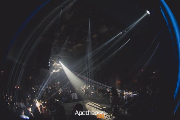 Νύχτα... Apotheosis για την Άννα Βίσση - Το αδιαχώρητο από Πατρινούς θαυμαστές της (φωτο)
