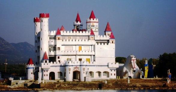 Το ξεχασμένο Κάστρο της Πελοποννήσου που θυμίζει… Disneyland (φωτο+video)