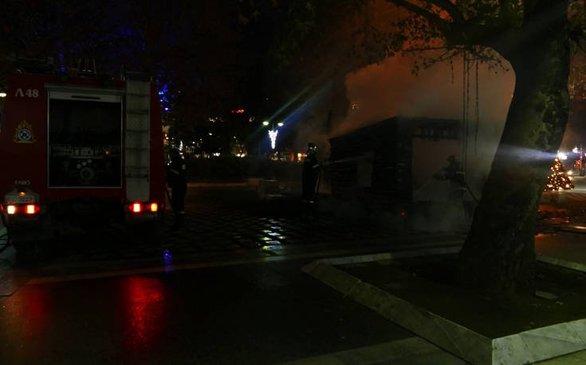 Λάρισα - Κάηκε ολοσχερώς η φάτνη στην κεντρική πλατεία (pics)