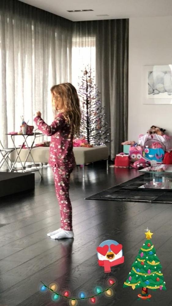 Η κόρη του Γιώργου Λύρα και της Πέγκυς Ζήνα λέει τα κάλαντα! (video)