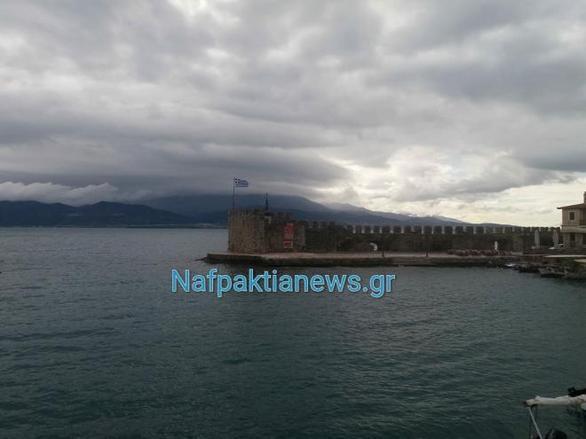 Ναύπακτος - Το ΠΑΜΕ κρέμασε πανό στο λιμάνι (pics)