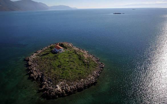 Το νησάκι με το μικρό εκκλησάκι που θα συναντήσετε στην Ιτέα (φωτο)