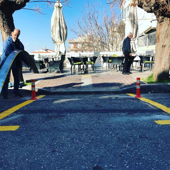 Πάτρα: Καταστήματα στα Ψηλαλώνια βοήθησαν στο να φτιαχτούν ράμπες  στην πλατεία (pics)