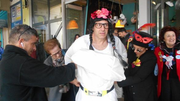 Πάτρα: Η νύφη ντύθηκε και έφυγε μαζί με τους Στρατηγούς για το Νότιο Πάρκο (pics)