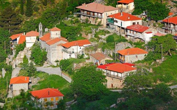 Το γραφικό χωριό της Πελοποννήσου, που είναι σαν να κρέμεται στην πλαγιά του βουνού! (φωτο)