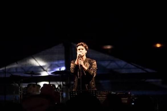 """Η Έλενα Παπαρίζου γέμισε με """"Ουράνιο Τόξο"""" το 24o Καρναβάλι Νίκαιας - Ρέντη!"""