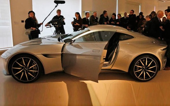 Στο σφυρί βγάζει την αγαπημένη του Aston Martin, ο Daniel Craig!