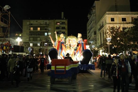 Καρναβαλικό φως υπό τους ήχους κρουστών στην παρέλαση των αρμάτων στην Πάτρα (pics)