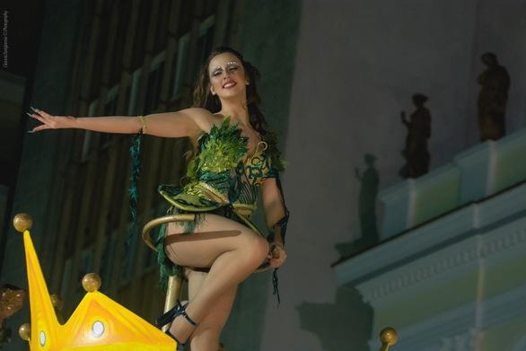 Εντυπωσίασαν τα άρματα στην νυχτερινή παρέλαση του Πατρινού Καρναβαλιού! (pics)