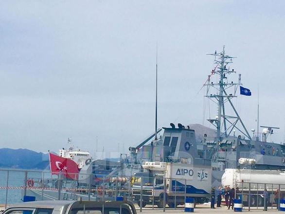Πάτρα: Προκαλούν οι Τούρκοι στο λιμάνι (φωτο+video)