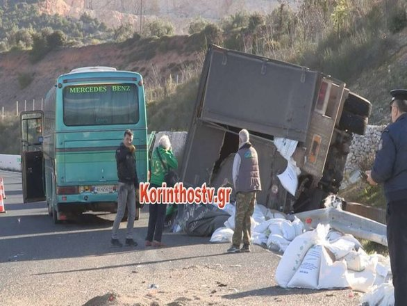 ΚΤΕΛ συγκρούστηκε με φορτηγό στην Κορίνθου - Τριπόλεως (pics)