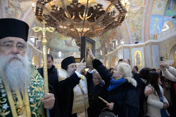 Πάτρα - Πλήθος πιστών προσκύνησε το Τίμιο Ξύλο στον ναό του Αγίου Ανδρέα (pics)