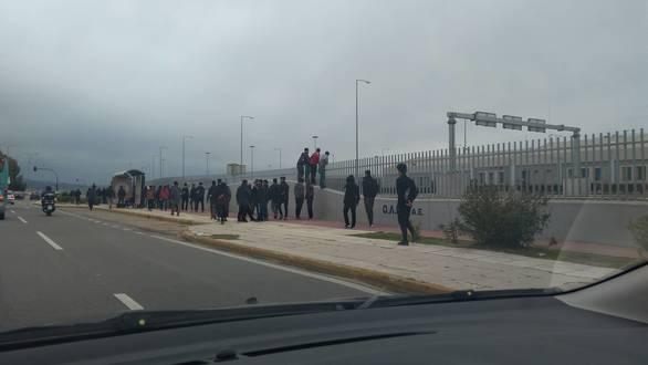 Πάτρα: Μαζικές εξορμήσεις μεταναστών στο νέο λιμάνι (φωτο)