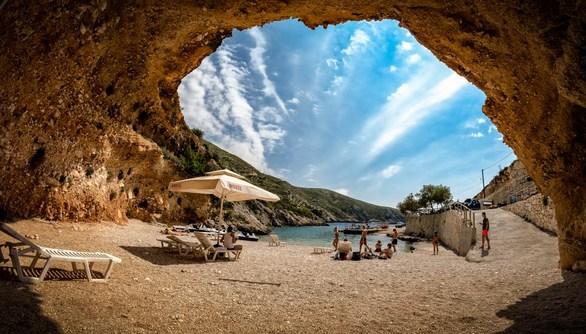 Το καλοκαίρι πλησιάζει και δεκάδες Πατρινοί ετοιμάζονται να αναχωρήσουν για τα νησιά