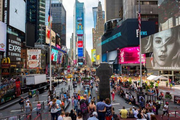 Η Νέα Υόρκη έχει χαρακτηριστεί ως «η πιο περιζήτητη πόλη της Αμερικής» αρκετές φορές. Οι περισσότεροι ντόπιοι και σχεδόν όλοι οι επισκέπτες δεν φτάνουν ποτέ σε αυτή την πόλη με αυτοκίνητο. Το σύστημα του μετρό και των λεωφορείων είναι αρκετά εξελιγμένο και οι εφαρμογές πλοήγησης μπορούν να κάνουν τη βόλτα σας ακόμα ευκολότερη. Σημαντικές τουριστικές τοποθεσίες όπως η Times Square και το Broadway έχουν γίνει φιλικές προς τους πεζούς ενώ και τα πεζοδρόμια σχεδιάζονται να είναι ακόμα μεγαλύτερα ώστε να αποτελέσουν έναν «παράδεισο περιπατητών».