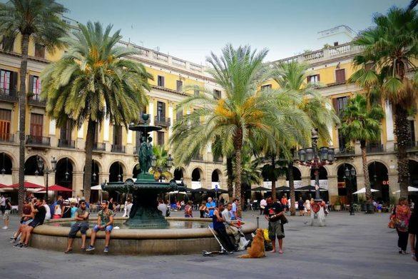 Η Βαρκελώνη είναι μια πολυσύχναστη πόλη που έχει γίνει ένας από τους πιο δημοφιλείς τουριστικούς προορισμούς στον κόσμο. Πέρυσι, η καταλανική πρωτεύουσα είδε 32 εκατομμύρια τουρίστες να καταφτάνουν στην περιοχή. Τα μεγαλύτερα αξιοθέατα είναι οι πεζόδρομοι της, όπως η La Rambla, ένας δρόμος ιδανικός για περιπάτους χωρίς αυτοκίνητα και γεμάτος από καταστήματα, καφετέριες, περίπτερα και καλλιτέχνες του δρόμου. Η Βαρκελώνη θέλει να κάνει περαιτέρω βελτιώσεις σε μια προσπάθεια να μειωθούν τα επίπεδα μόλυνσης. Για αυτό σχεδιάζει τη δημιουργία «superblocks» με πεζοδρομημένες και ποδηλατικές διαδρομές, με την  κυκλοφορία των οχημάτων να περιορίζεται στις κύριες αρτηρίες μόνο.