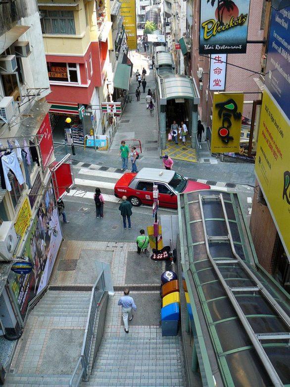 Όπως και η Βαρκελώνη έτσι και το Χονγκ Κονγκ είναι γεμάτο πεζοδρόμια. Αν και αποτελεί μια από τις πιο πυκνοκατοικημένες περιοχές της Γης δεν θα χρειαστεί σχεδόν ποτέ να χρησιμοποιήσετε αυτοκίνητο για να μετακινηθείτε. Τα συστήματα του μετρό και των λεωφορείων είναι εξυπηρετικά και υπερσύγχρονα.