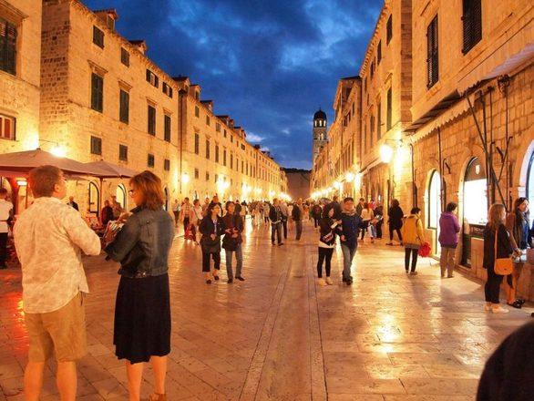 Η παλιά πόλη του Ντουμπρόβνικ χρονολογείται στον 13ο αιώνα, όταν αποτελούσε ένα σημαντικό κέντρο θαλάσσιου εμπορίου. Παρά τη μακρά ιστορία της, η πόλη της Δαλματίας έχει γίνει σχετικά πρόσφατα δημοφιλής τουριστικός προορισμός. Η Παλιά Πόλη είναι φιλική προς τους πεζούς και σχετικά μικρή. Στην πραγματικότητα, τα οχήματα δεν επιτρέπονται να κινούνται μέσα στην παλιά πόλη. Το περιβάλλον είναι σίγουρα ατμοσφαιρικό και όλα τα τουριστικά αξιοθέατα, όπως και τα εστιατόρια και οι χώροι νυχτερινής διασκέδασης, βρίσκονται σε κοντινές αποστάσεις.