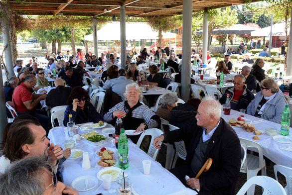 Πάτρα: Κόσμος στο Πασχαλινό τραπέζι του Δήμου (pics)