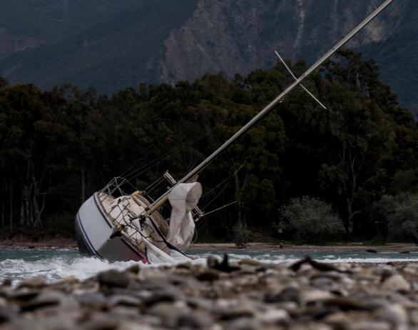 Πάτρα: Οι άνεμοι παρέσυραν ιστιοφόρο και το έβγαλαν στην ακτή του Δρεπάνου (pics)