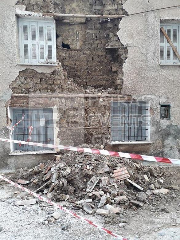 Πάτρα: Κατέρρευσε τμήμα ακατοίκητου σπιτιού (pics)