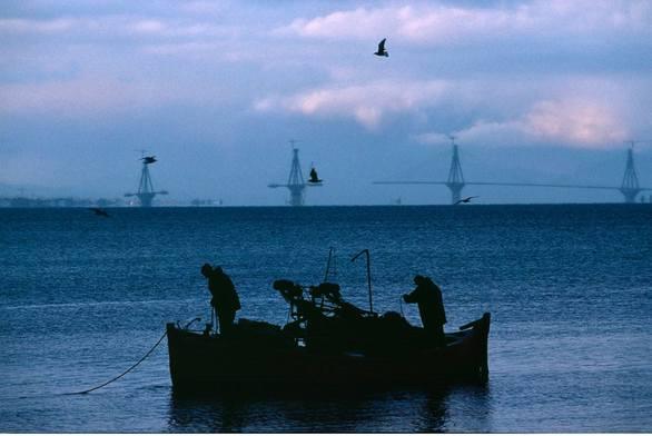 Ψάρεμα με φόντο… τη μισοτελειωμένη Γέφυρα Ρίου - Αντιρρίου